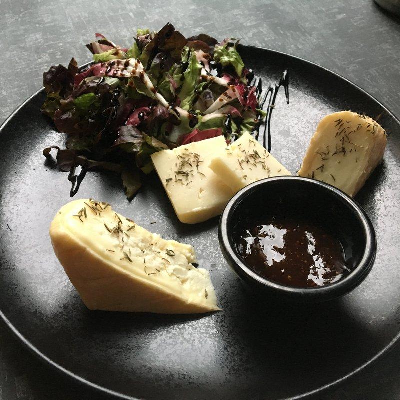 Assiette de fromages corse image