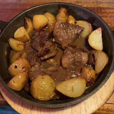 Civet de sanglier, pommes de terre au four image