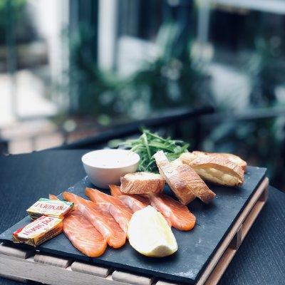 Planche saumon fumé maison image